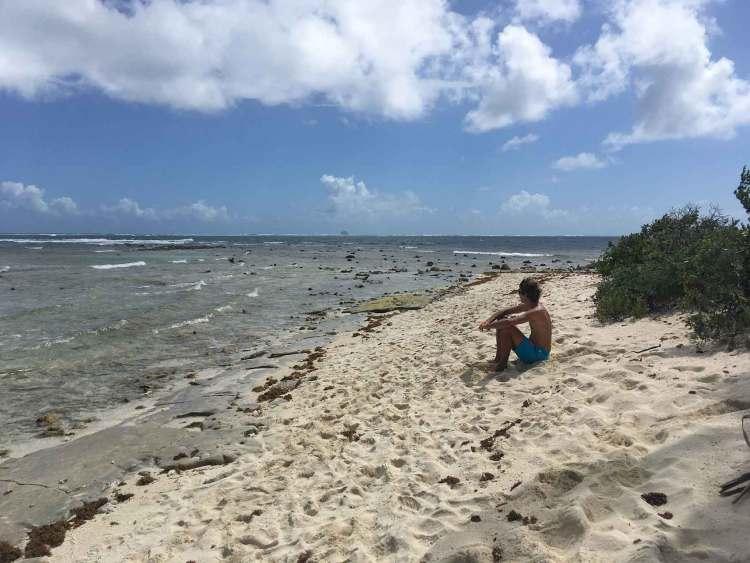 Damien face au lagon et à l'océan Atlantique.