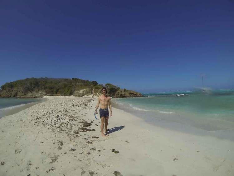 Grégoire sur le sable blanc de la plage de Baradal, un des îlots des Tobago Cays.