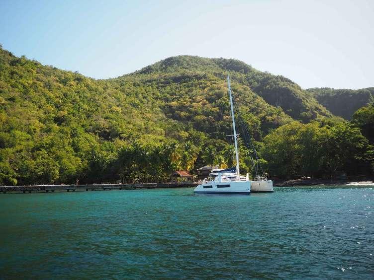 La jolie petite Anse Noire en Martinique, avec sa plage de sable noir.