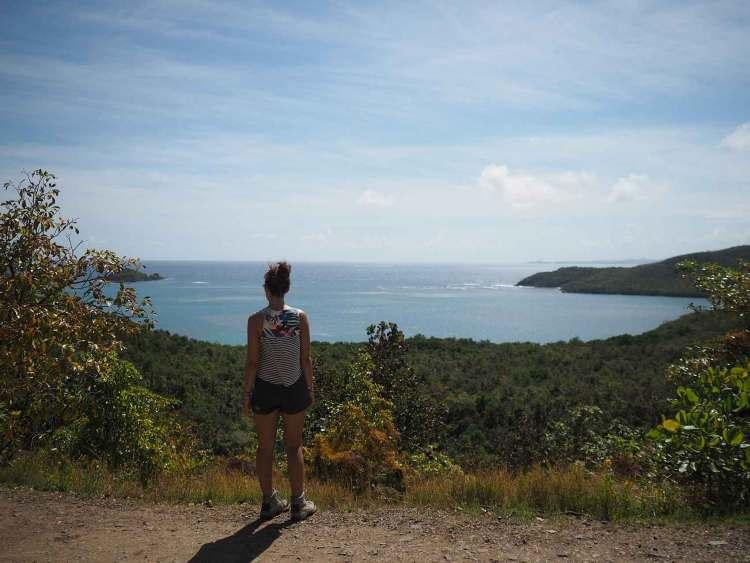 Anaïs face à la mer sur la presqu'île de la Caravelle, en Martinique.