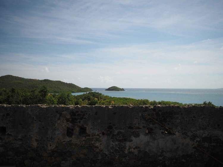 Vue sur la mer depuis les ruines du château Dubuc.