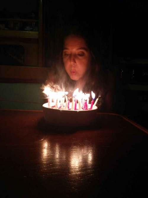 Anaïs souffle ses bougies pour son anniversaire (29 ans).