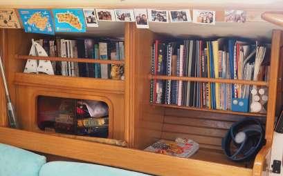 Bibliothèque dans le carré du bateau.