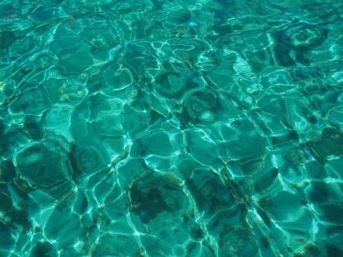 Eau turquoise dans le lagon de Petite Terre.
