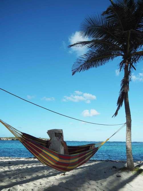 Sieste en hamac sur la plage de Petite Terre près de la Guadeloupe.