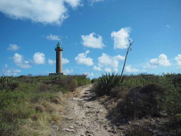 Promenade autour du phare de l'île de Terre de Bas sur Petite Terre.