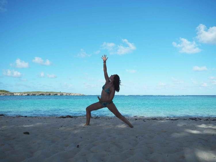 Yoga sur la plage de Petite Terre, la réserve naturelle proche de la Guadeloupe.