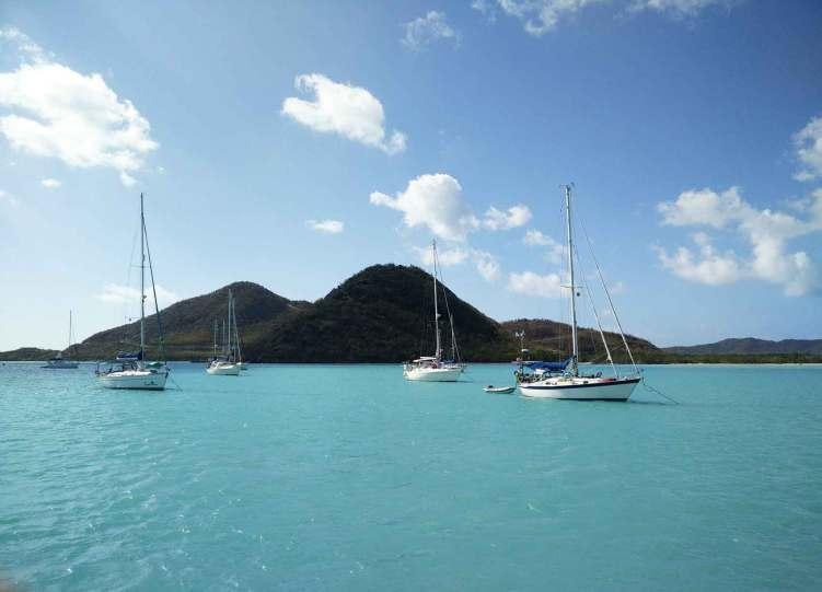 Mouillage dans la baie de Jolly Harbour, à l'ouest de l'île d'Antigua.