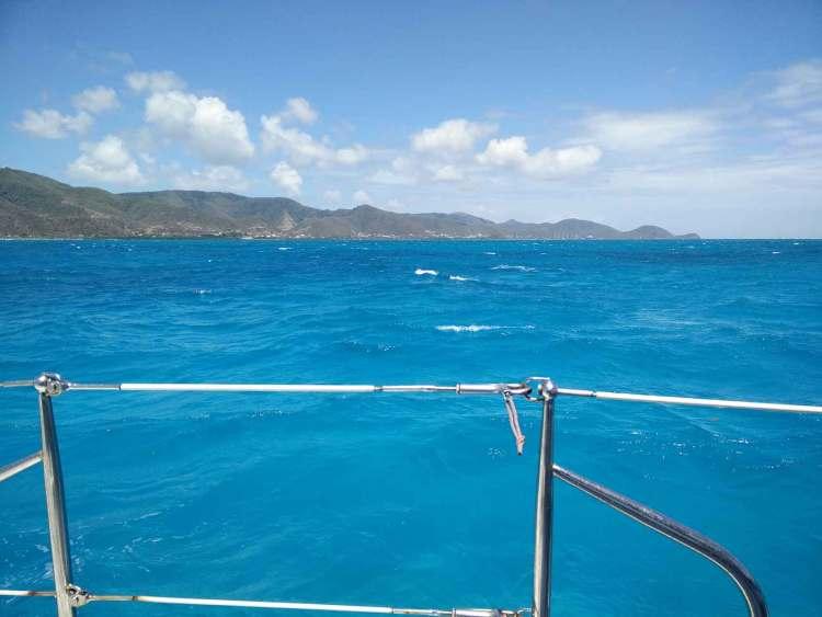 Arrivée au sud de l'île d'Antigua, derrière la barrière de corail.