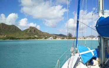 Manwë mouillé devant une des plages de la baie de Jolly Harbour, sur l'île d'Antigua dans les Caraïbes.