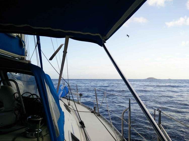 Manwë naviguant le long de la côte nord-ouest de la Guadeloupe.