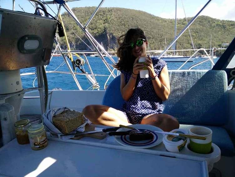 Petit-déjeuner à bord de Manwë à Deshaies.