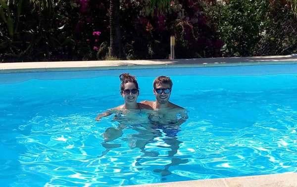 Dans la piscine de la belle villa du grand-oncle de Damien à Deshaies.