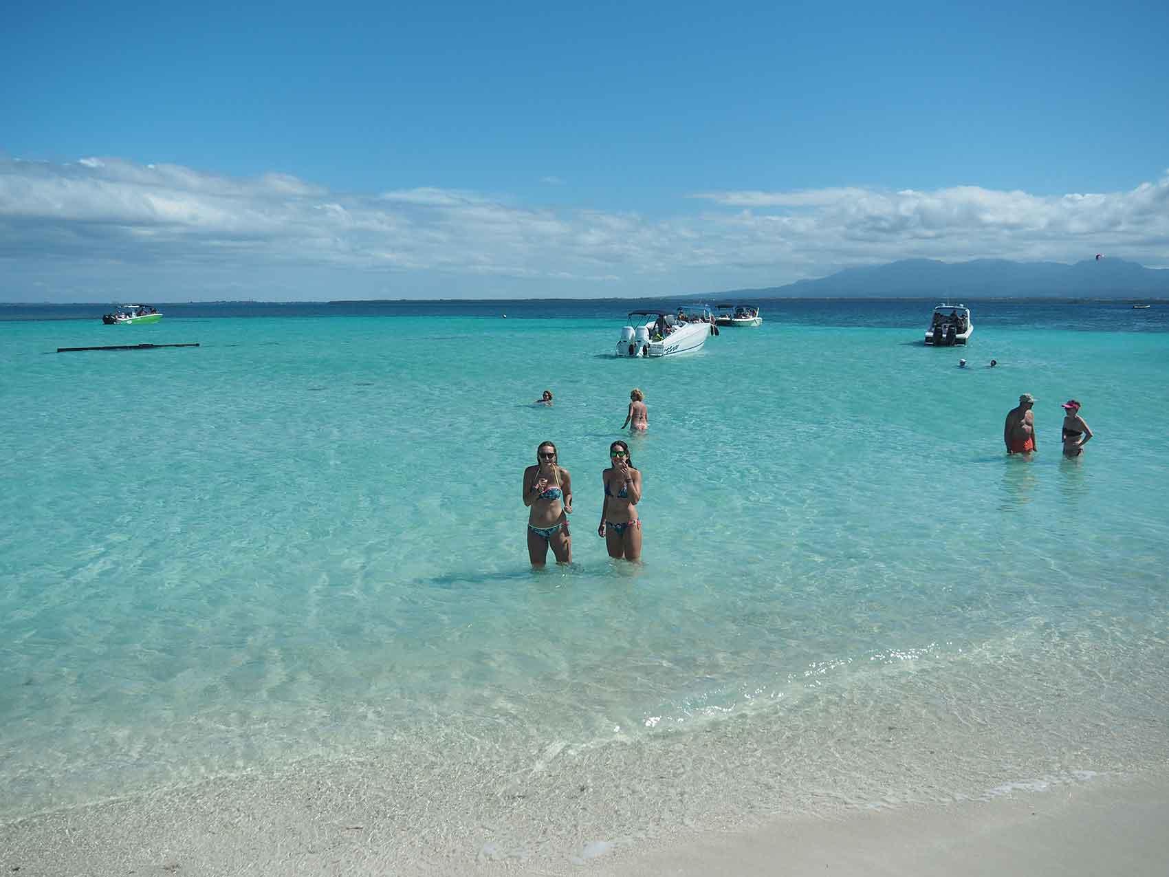 Anaïs et Morgane dans l'eau bleue turquoise autour de l'îlet Caret, en Guadeloupe.