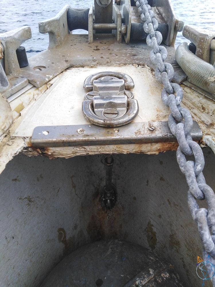 La réparation finale du pont et de la cadène de la trinquette.