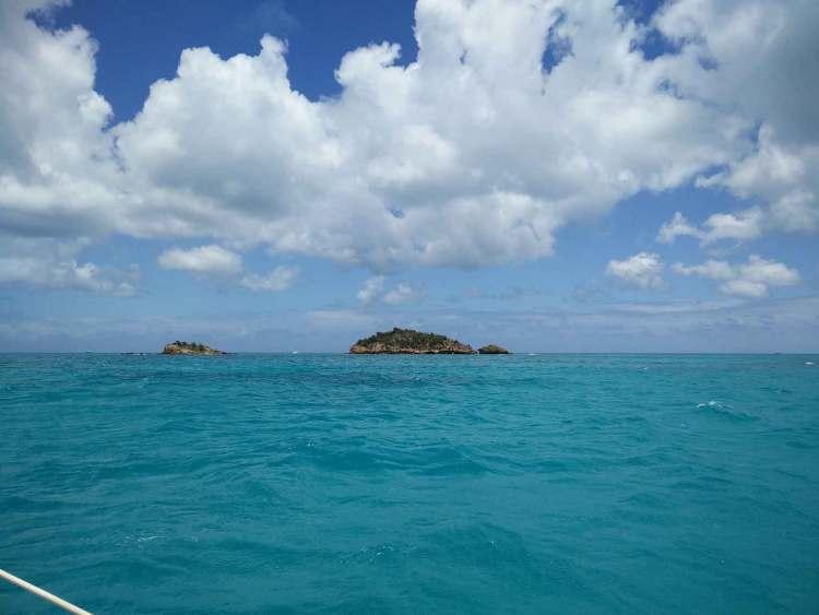 Navigation vers Deep Bay sur la côte ouest de l'île d'Antigua.