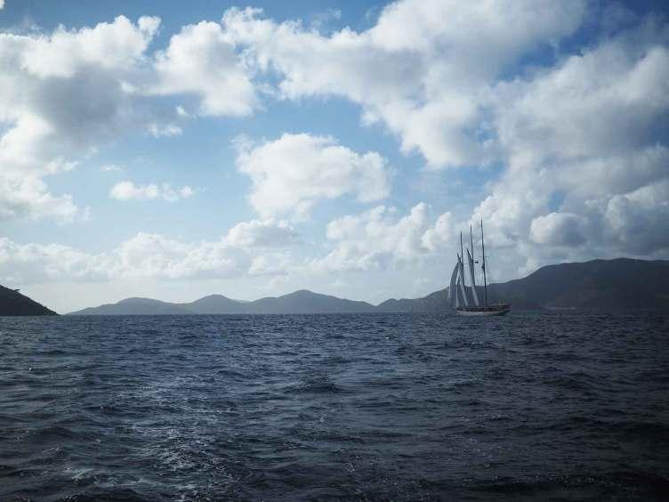 Passage en navigation près d'un Yacht Classique entre Tortola et Norman Island.