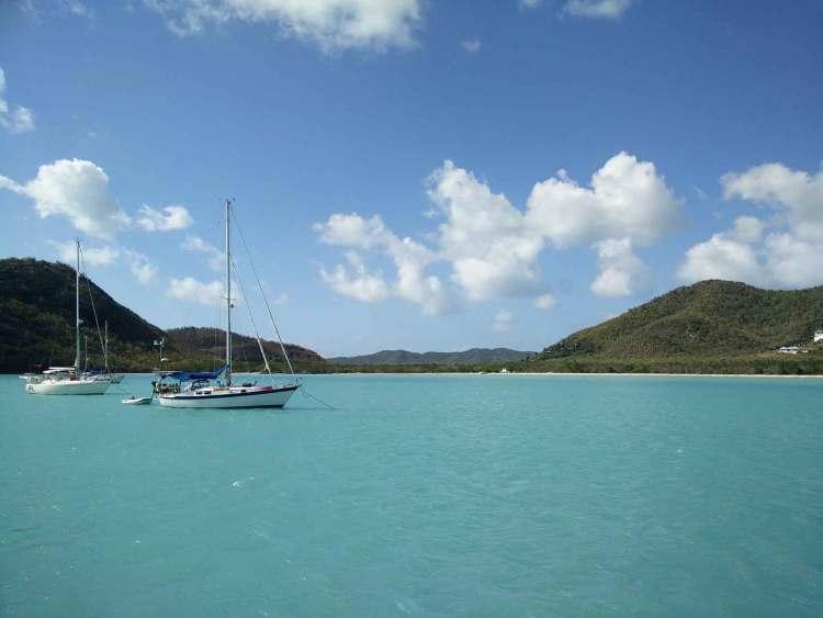 L'eau bleu turquoise du mouillage dans la baie de Jolly Harbour à Antigua.
