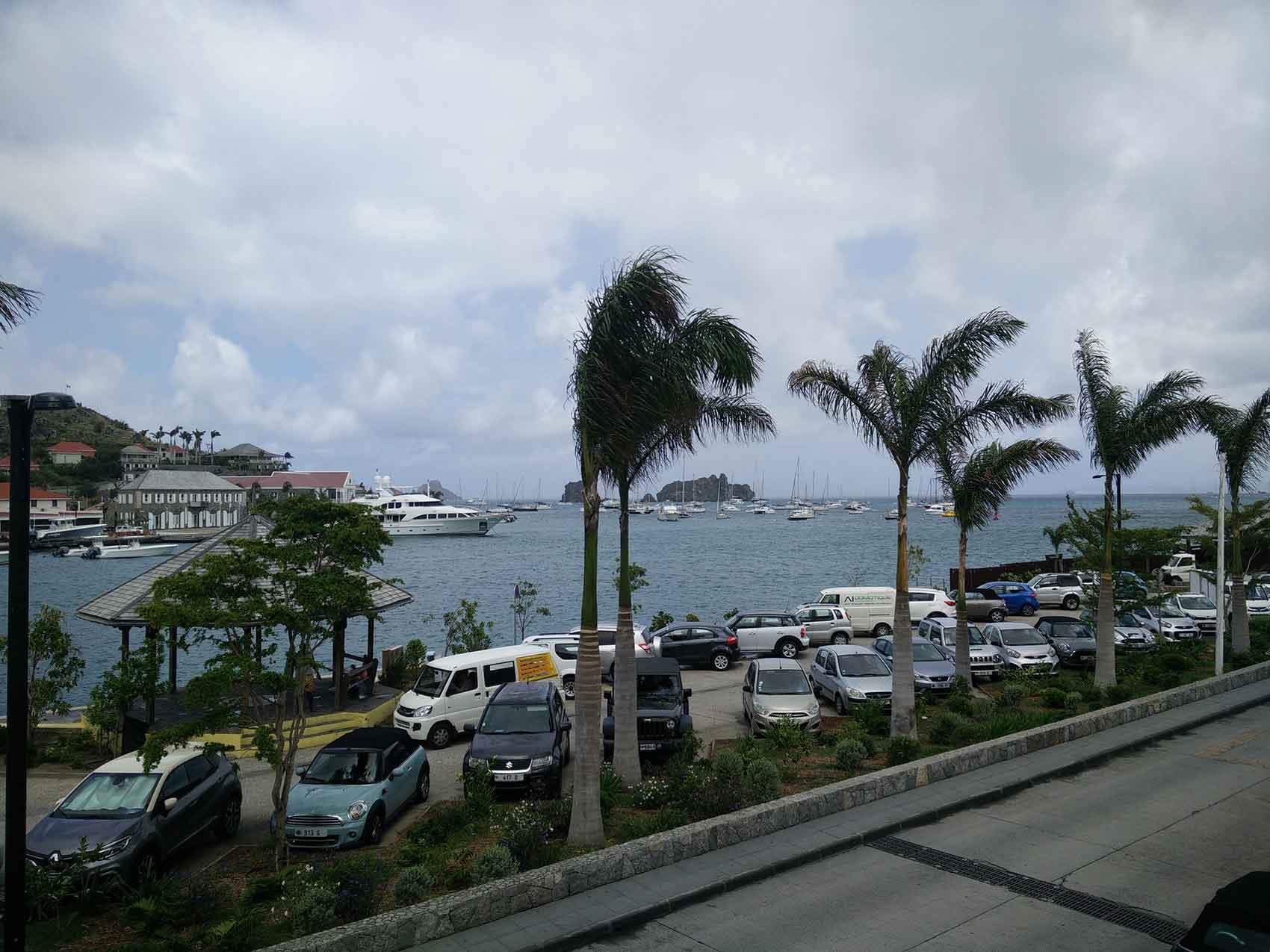 La vue sur la baie de Gustavia depuis le port à Saint Barth.