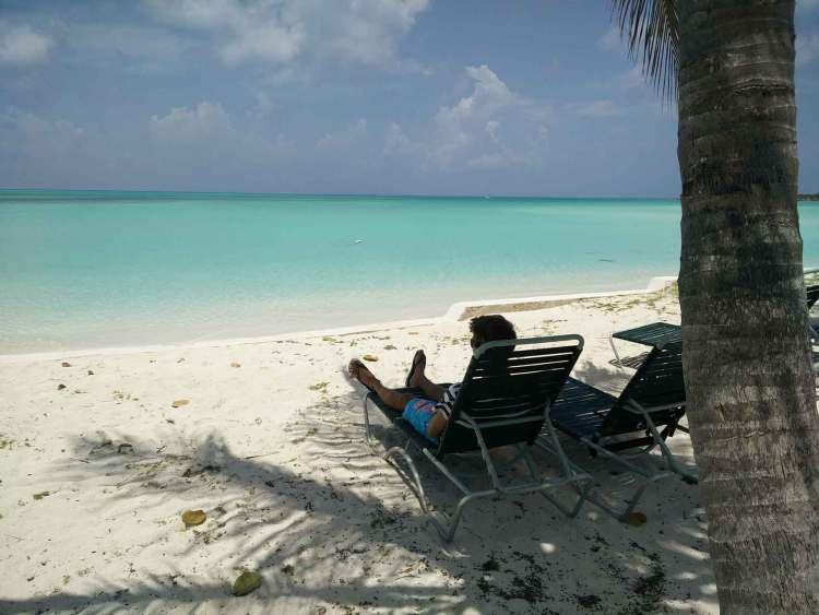 Sur la plage du Cape Santa Maria Beach Resort, aux Bahamas.