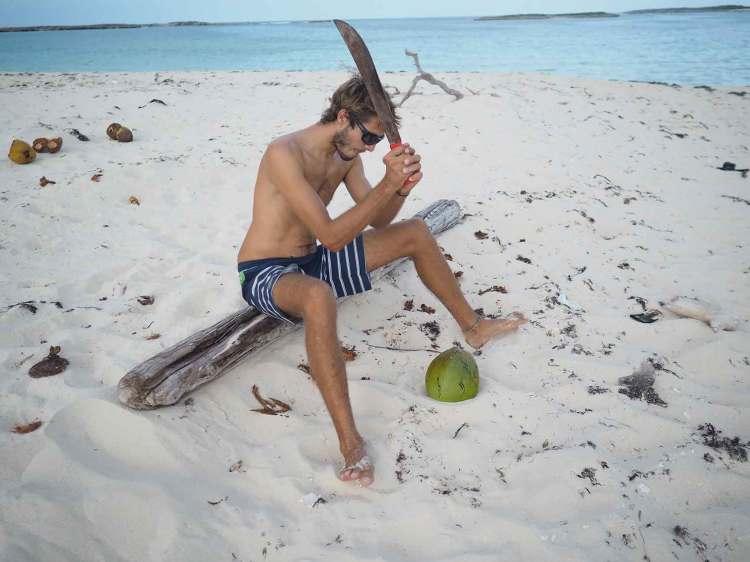 Noix de coco dégustée sur une plage de Long Island aux Bahamas.