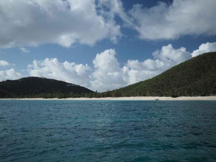 La plage du mouillage de Guana Island, aux BVI.