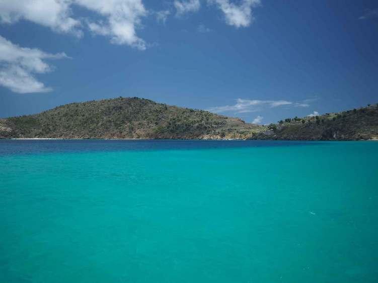 Les belles couleurs de l'eau, turquoise et sombre, près de la côte de Jost Van Dyke aux BVI.