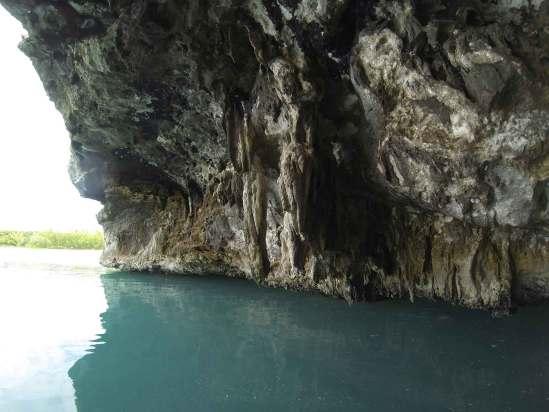 Grotte sur Cave Cay dans les Exumas, aux Bahamas.