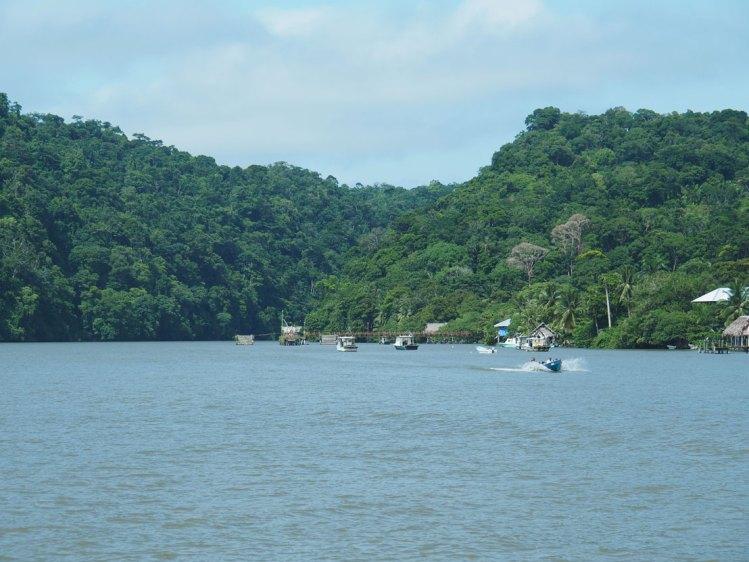Embouchure du fleuve Rio Dulce au Guatemala.