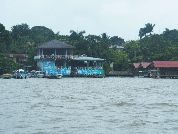 Mouillage de Livingston, au début du Rio Dulce, au Guatemala.