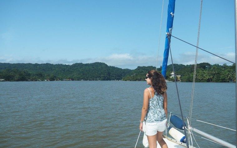 Navigation vers le fleuve Rio Dulce, avec notre bateau, au Guatemala.