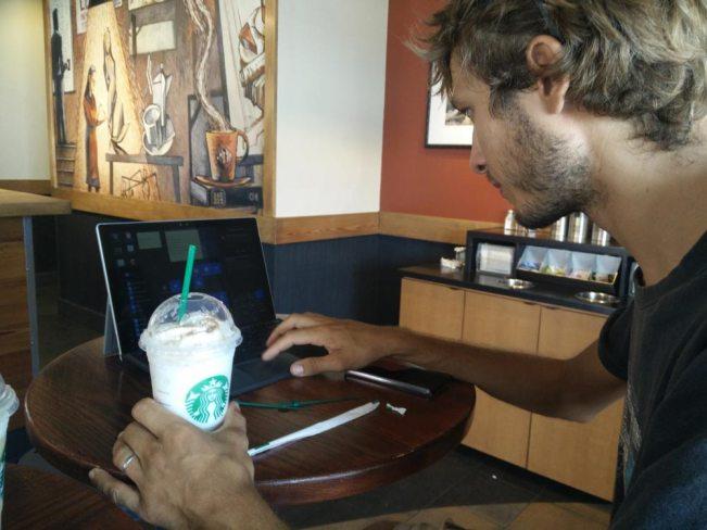 Pause au Starbucks à Nassau aux Bahamas.