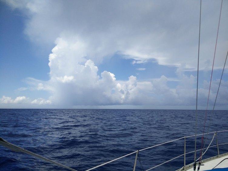 Gros nuages à l'horizon lors de notre navigation entre les Bahamas et le Guatemala.