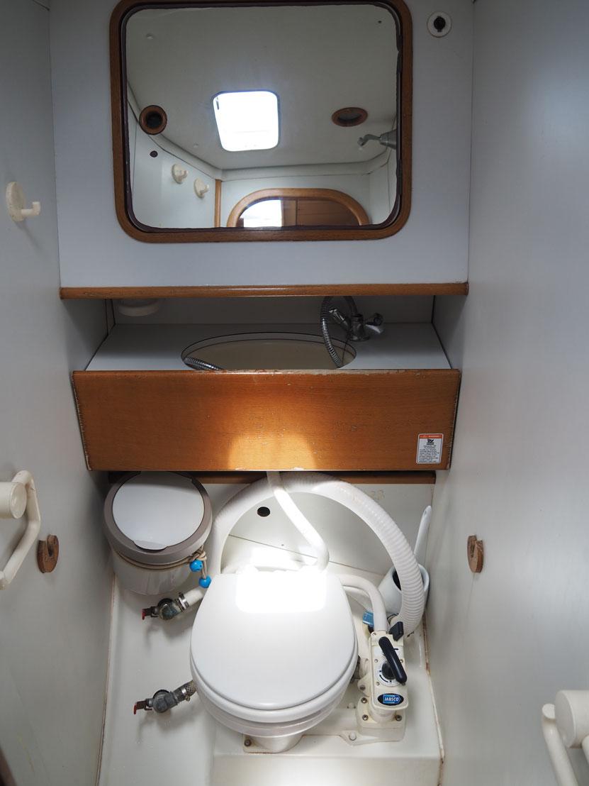 La salle de bain avant de notre Océanis 390.