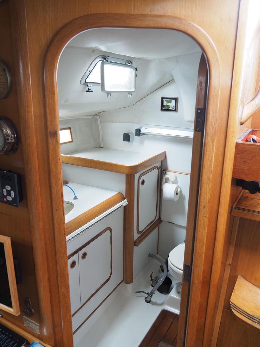 La salle de bain arrière de notre Océanis 390.