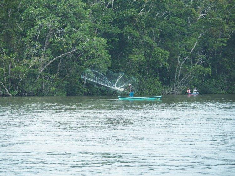 Un pêcheur dans sa petite barque sur le fleuve Rio Dulce, au Guatemala.
