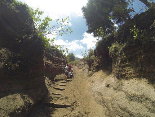 Le sentier qui monte jusqu'au sommet du volcan Acatenango au Guatemala.