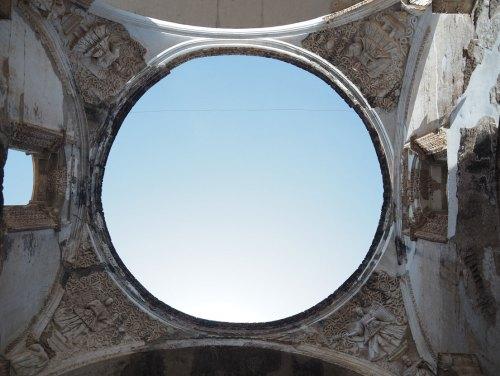 Vue sur le ciel depuis la cathédrale en ruines d'Antigua Guatemala.