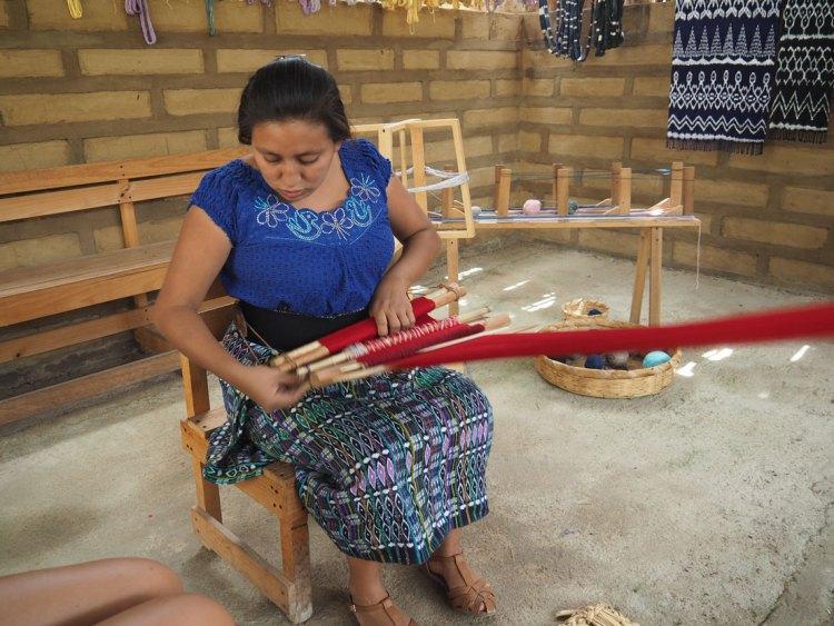 Une Guatémaltèque nous montrant comment tisser une écharpe à San Juan La Laguna.