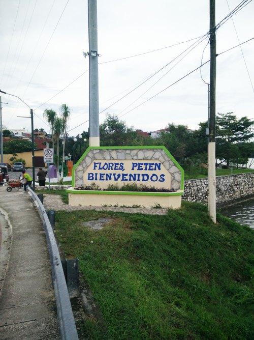 Entrée de la ville de Flores, au Guatemala.