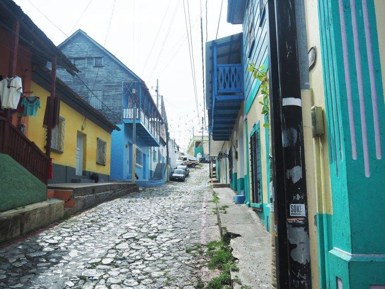 Rue de la petite ville de Flores au Guatemala.