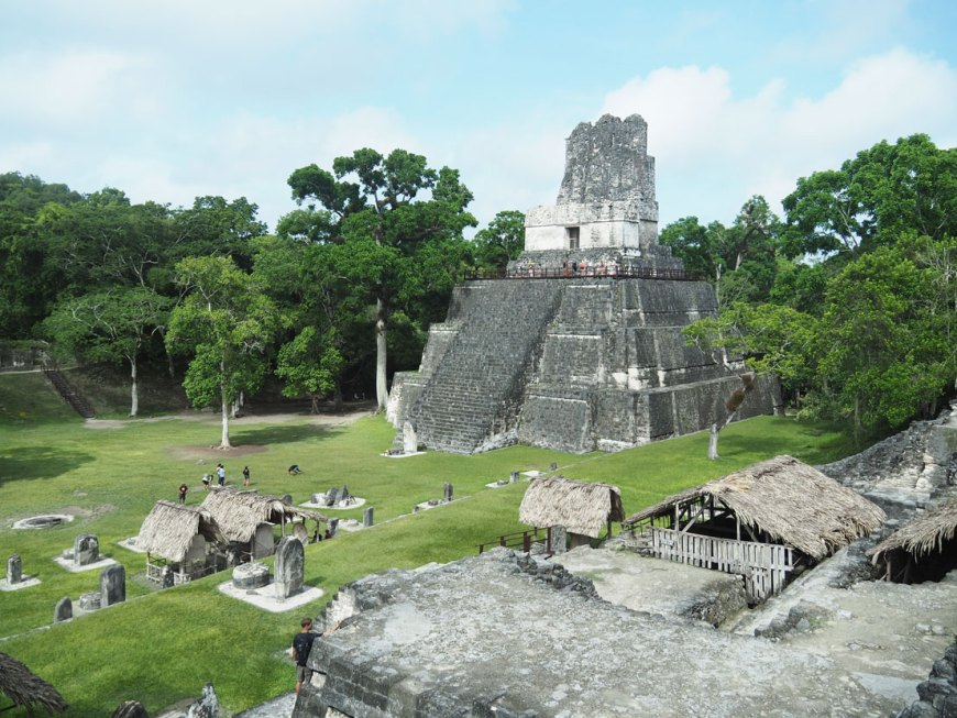 Grand Plaza à Tikal sous le soleil, au Guatemala.