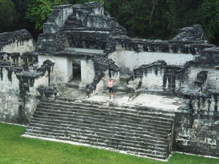 Central Acropolis à Tikal, avec personne autour, au Guatemala.