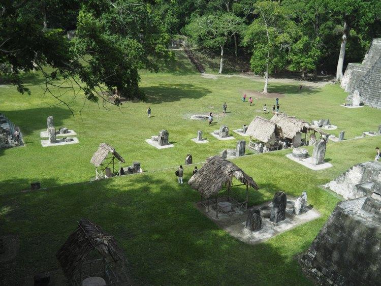 La place principale de la cité maya de Tikal au Guatemala.