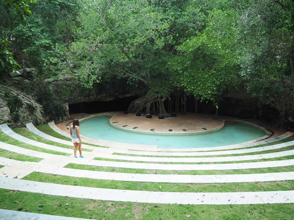 Cenote et gradins dans le parc de l'hacienda San Pedro Ochil.