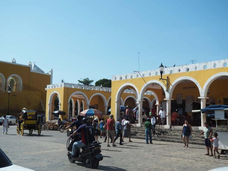 Centre-ville animé de la petite ville d'Izamal au Mexique.