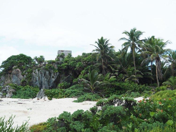Un bout de plage de sable blanc près des ruines mayas de Tulum.