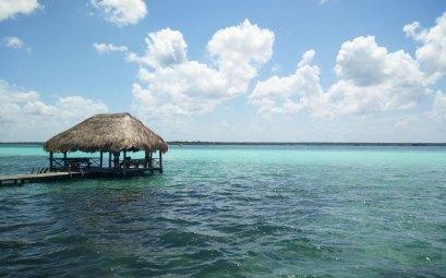 La jolie lagune de Bacalar, aux 7 couleurs de bleu, au sud du Mexique.