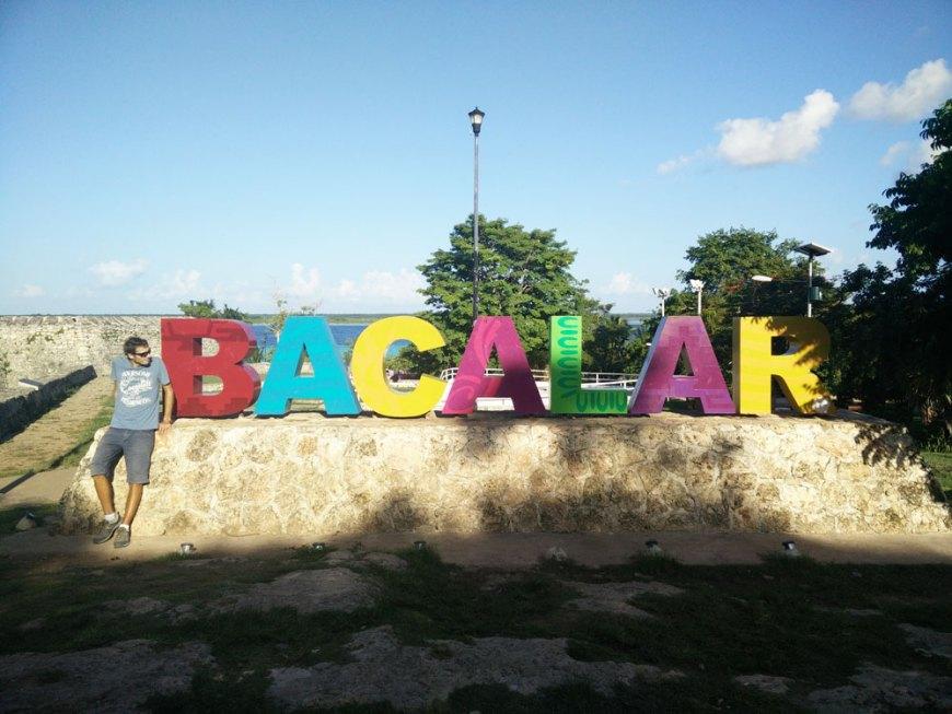 Lettres colorées de la ville de Bacalar au Mexique.
