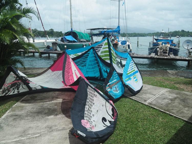 Ailes de kites mises à sécher devant le bateau à Nana Juana.